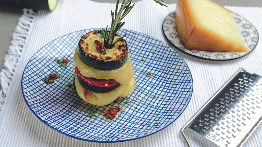 Milhojas de berenjena, calabacín, provolone y Pimientos del Piquillo de Lodosa