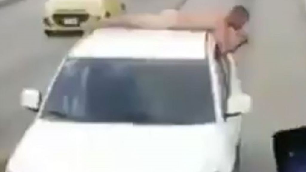 Infidelidad al desnudo: pasea a su marido sin ropa sobre su coche como venganza