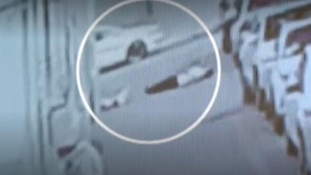 Graban el momento en el que un hombre amortigua la caída de un niño desde un quinto piso