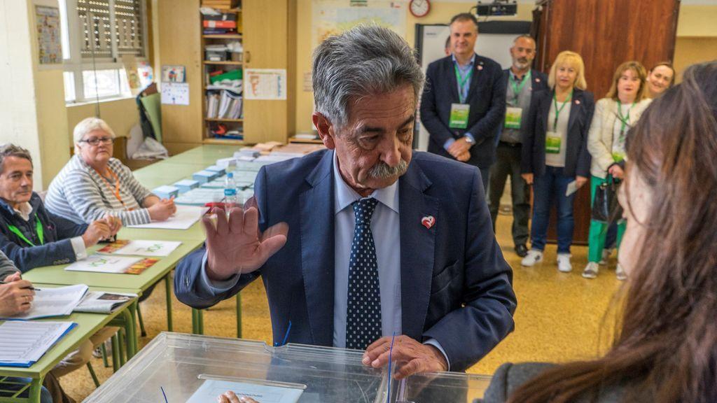 Revilla vota en Santander y habla con su médico en directo