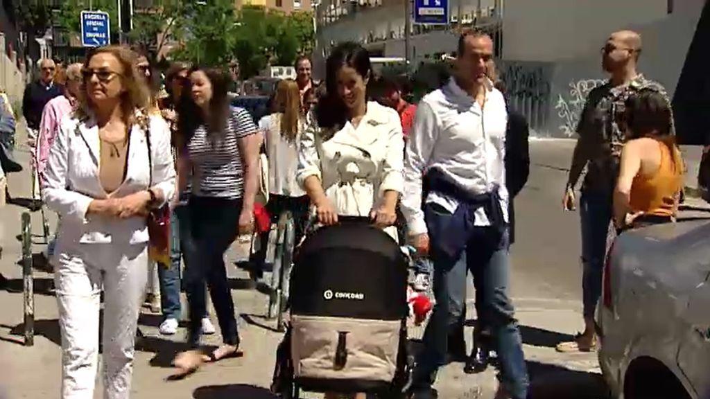 Begoña Villacís acude a votar en Chamberí acompañada de su hija recién nacida