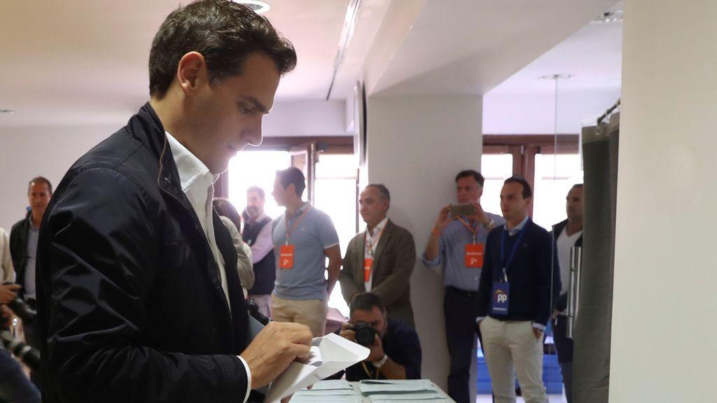 Rivera vota por primera vez en Madrid