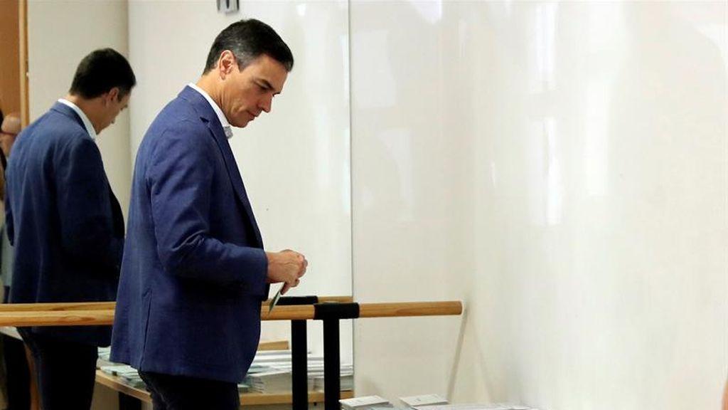 Pedro Sánchez elige las papeletas que depositará en la urna
