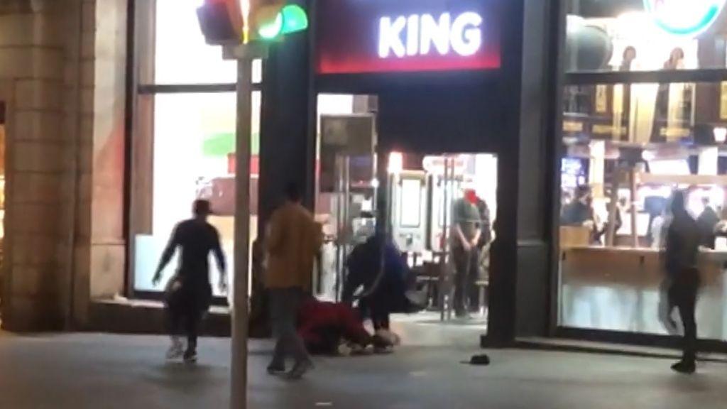 Una brutal pelea entre manteros en Las Ramblas deja un herido grave por arma blanca