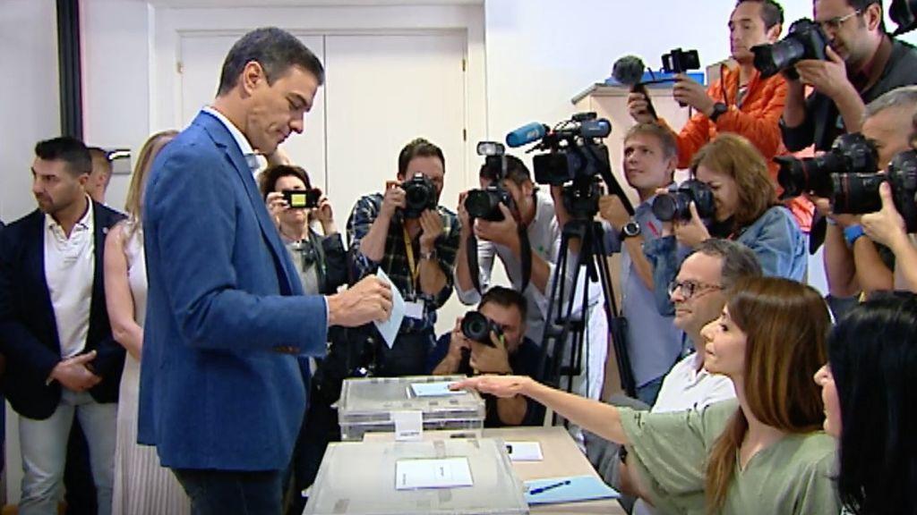 Los líderes de los partidos ejercen su derecho a voto