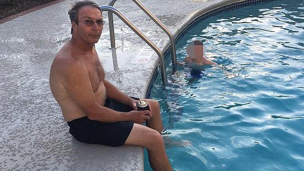 El optometrista retirado, de 65 años, muere después de que un tiburón le 'arrancó la pierna izquierda debajo de la rodilla' mientras nadaba a 60 metros de la costa cerca de un centro turístico en Maui