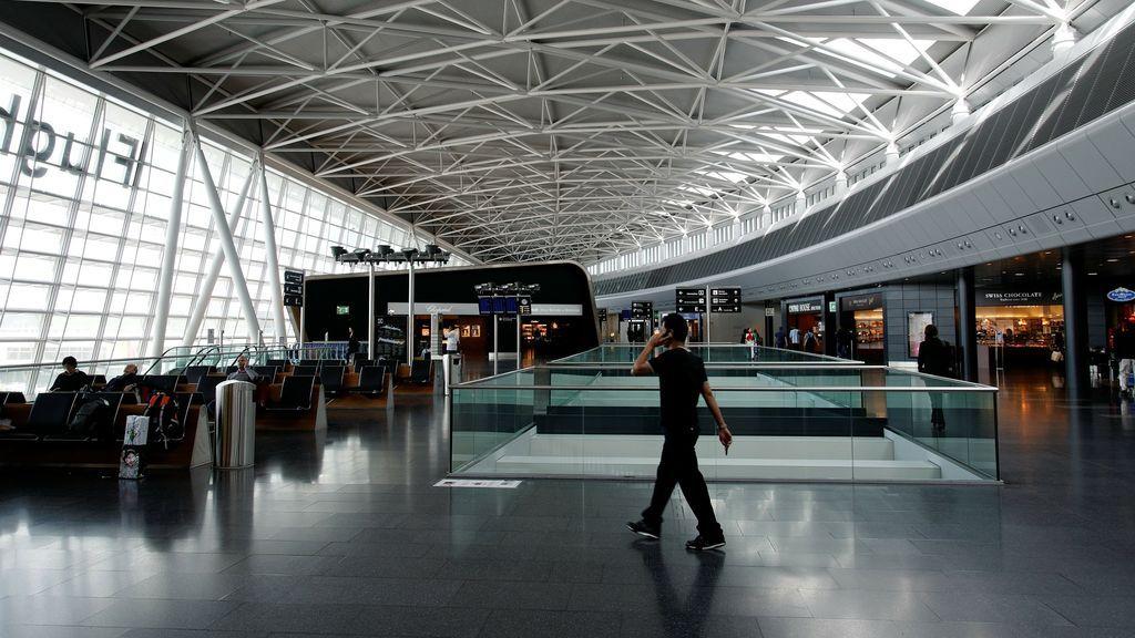 El peligro de cargar el móvil en los enchufes USB de los aeropuertos