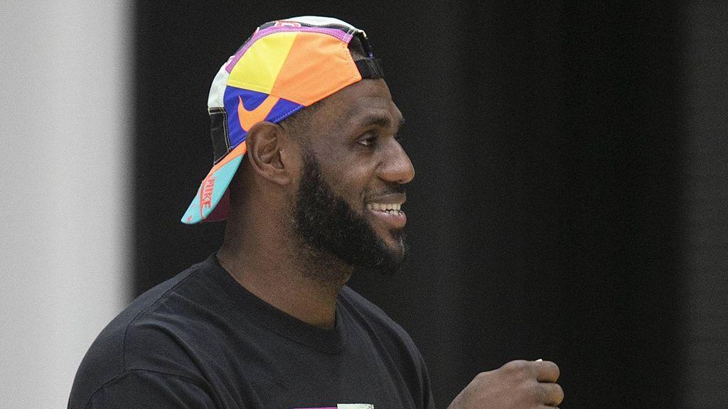 """Un chico de 14 años desafía a Lebron James en un concurso de triples: """"No tienes nada que hacer"""""""
