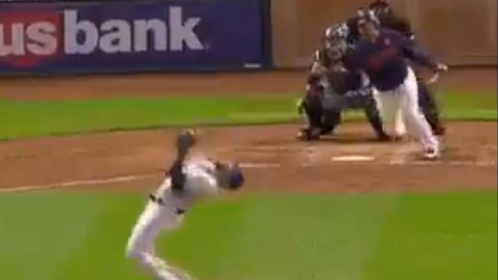 Los increíbles reflejos de un pitcher en un lanzamiento para librarse de un pelotazo