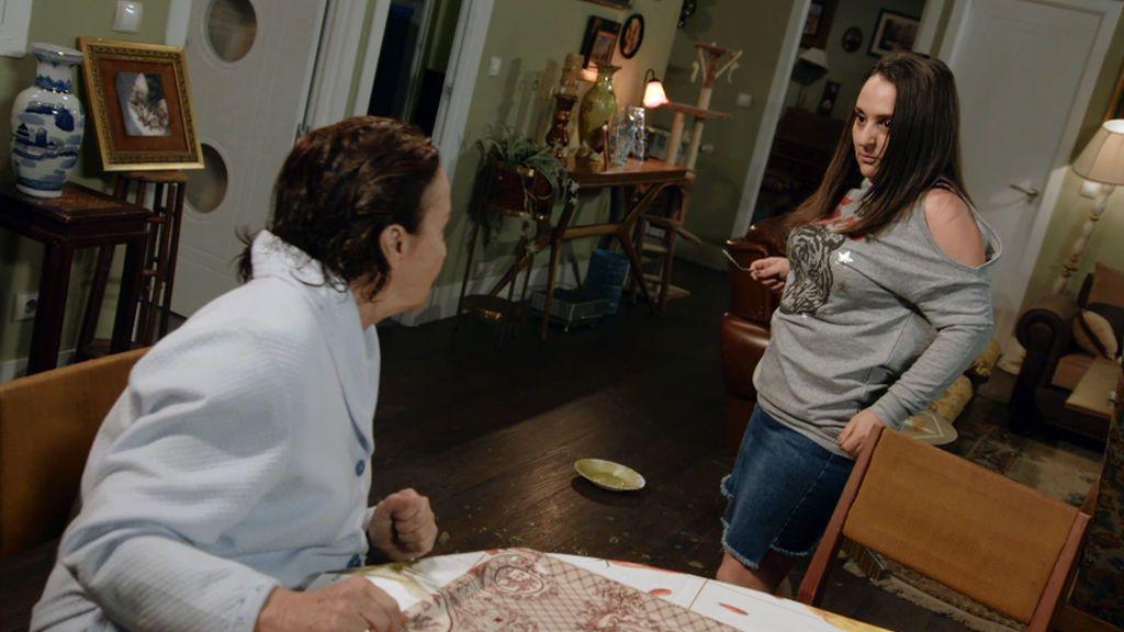 """La amenaza de Clarita, a Fina: """"Como me siga tratando mal, la ato a la cama y le obligo a comerse su caca"""""""