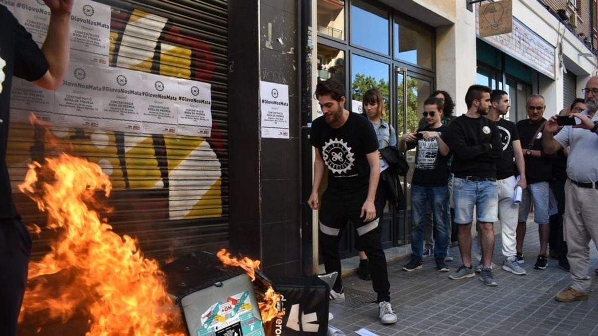 """Los 'riders' protestan y queman mochilas por su compañero muerto en Barcelona: """"Glovo es una mafia"""""""