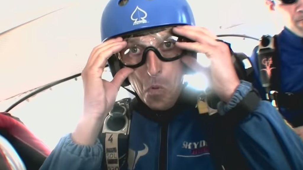 Jesús Calleja confiesa el momento más tenso de su vida al tirarse de un avión y no encontrar el botón del paracaídas