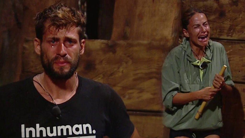 Albert y Mónica reciben la llamada de sus familiares entre lágrimas de emoción