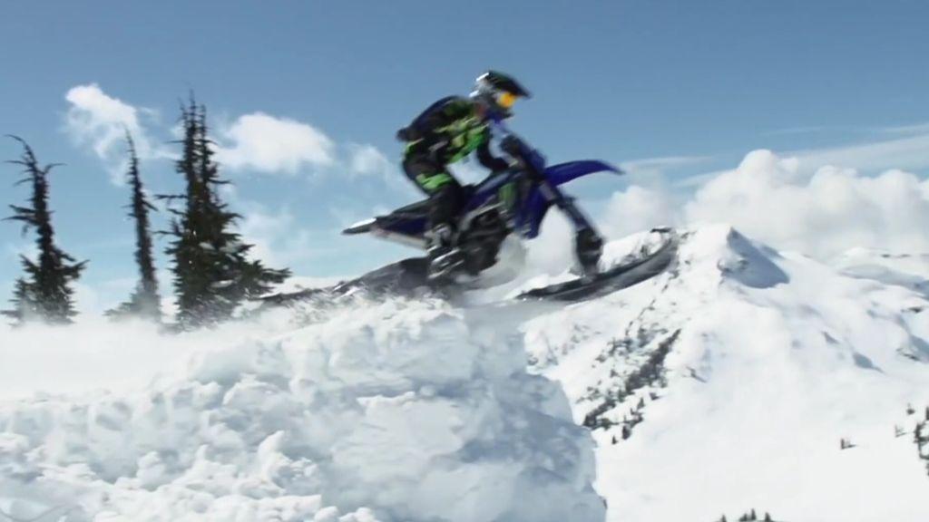 El salto base a los mandos de una moto-nieve a lo 'Misión Imposible'