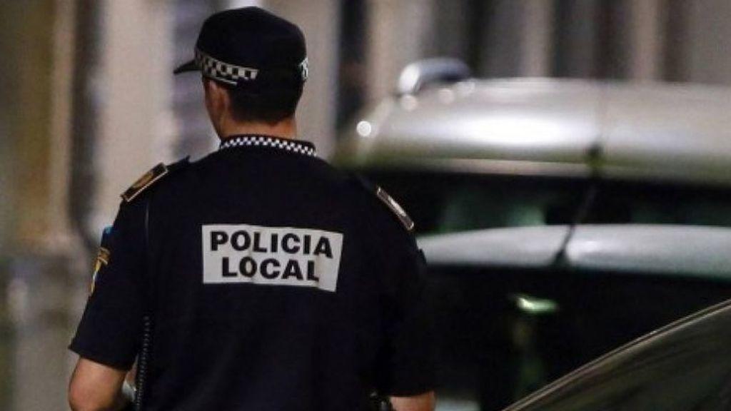 Detienen a un falso policía que había comprado la placa por Internet realizando una supuesta inspección a un restaurante