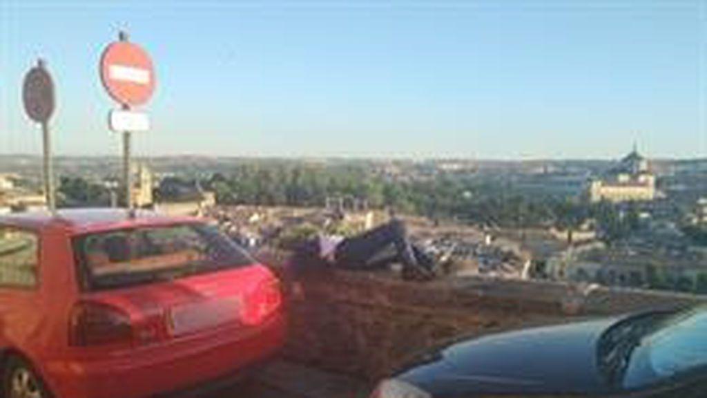 Un joven que dormía sobre un muro a gran altura es socorrido por la Policía en Toledo