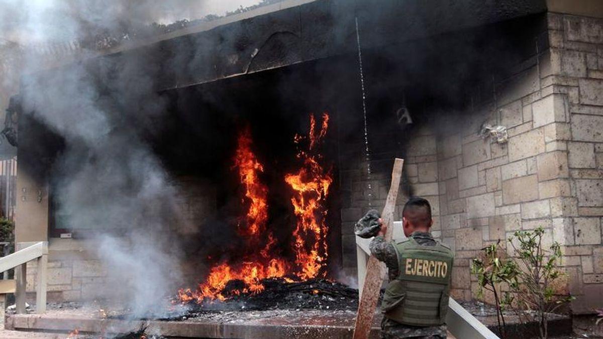 Manifestantes queman la puerta de la embajada de Estados Unidos en Honduras