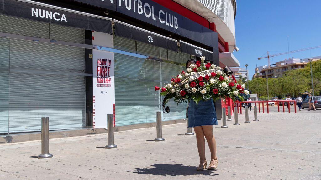 Una mujer llega al Sánchez-Pizjuán con una corona de flores