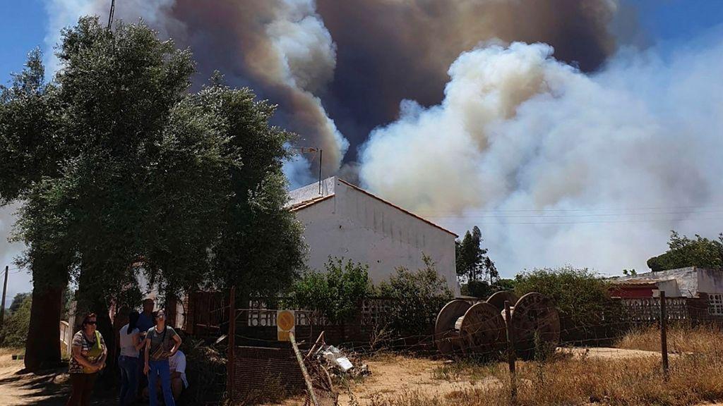Bomberos continúan luchando por tierra y aire para apagar el incendio de Beas, Huelva