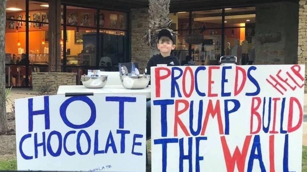 Un niño recauda dinero para el muro de Trump vendiendo chocolate y limonada