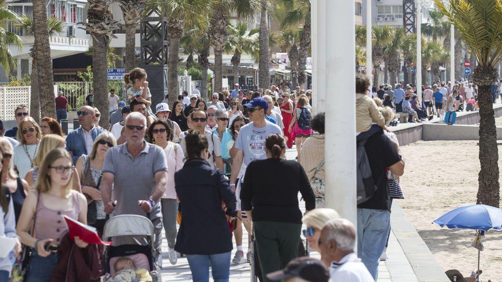 Los turistas extranjeros aumentan en número y gasto en lo que va de año en España