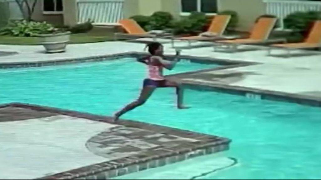 La sangre fría de una niña salva a su hermana de morir ahogada en una piscina
