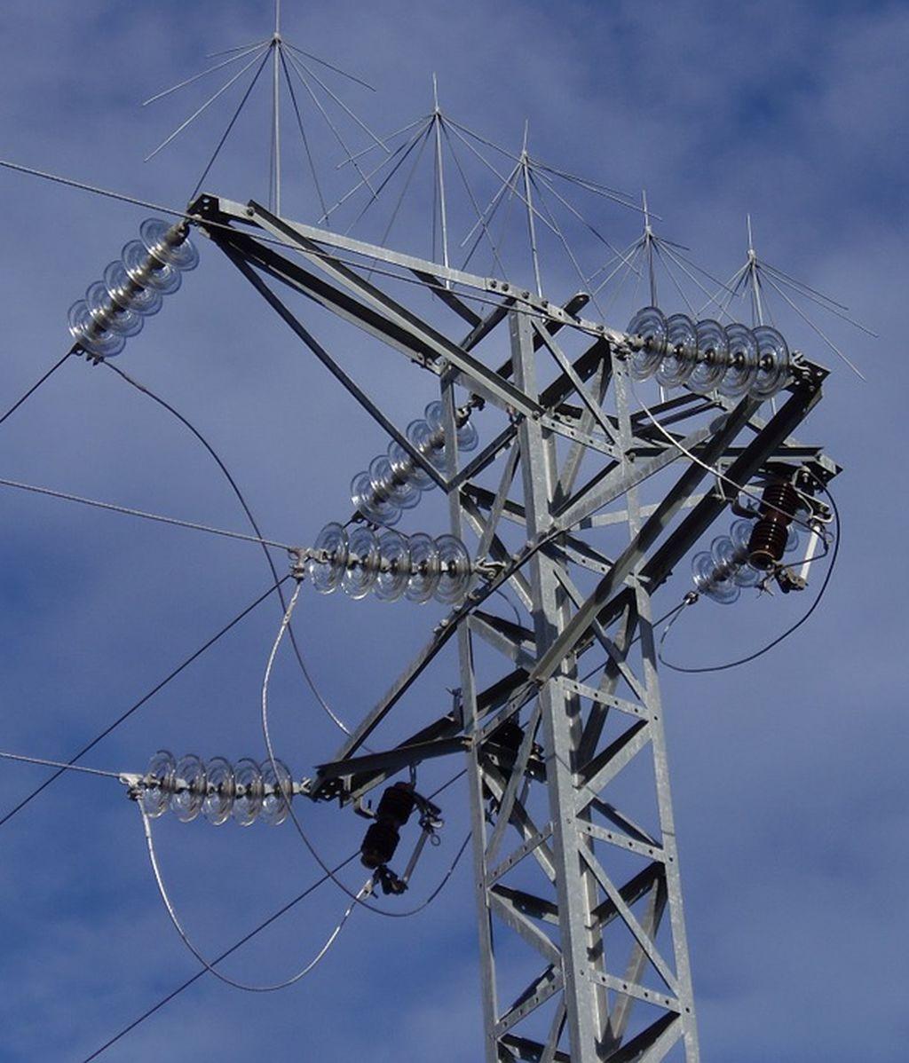 Un desprendimiento de un cable de alta tensión provoca tres heridos en Zaragoza, uno en estado crítico