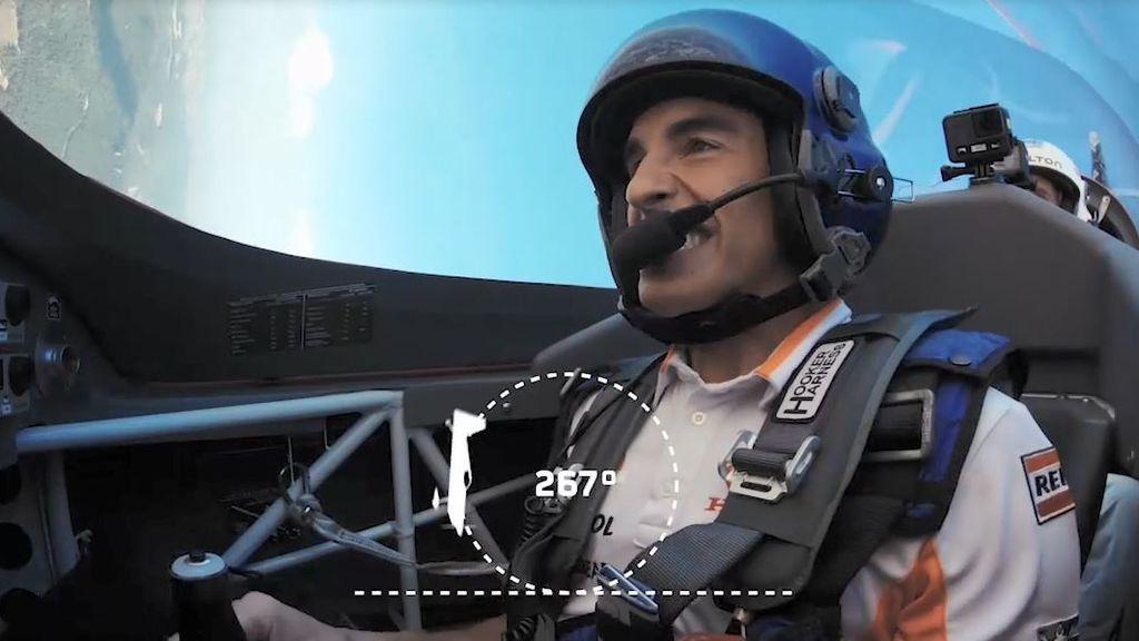Marc Márquez se sube al avión de Juan Velarde para hacer piruetas en el aire