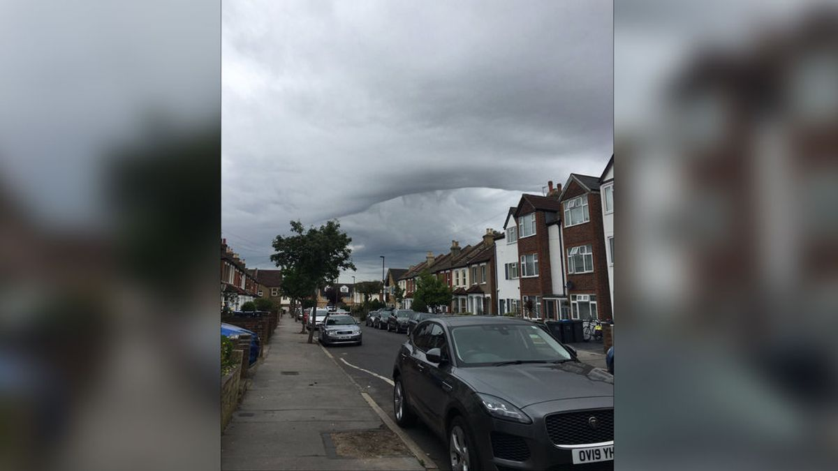 Unas inquietantes nubes con forma de 'agujero negro' se apoderan del cielo de Londres