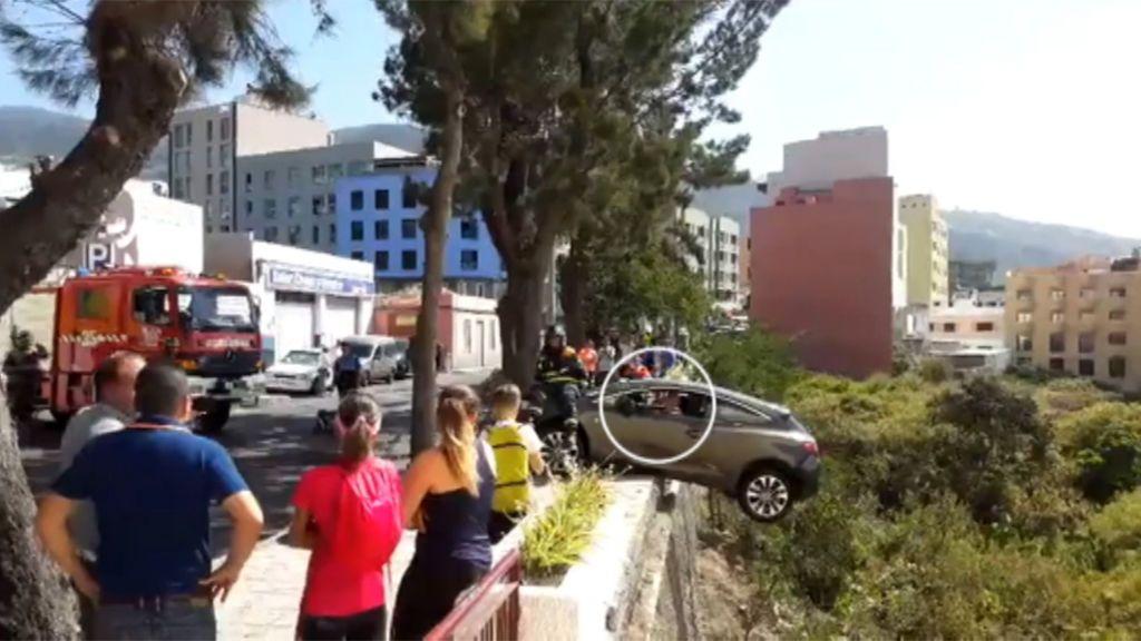 Rescatado un conductor a punto de caer por un precipicio en el que había quedado suspendido