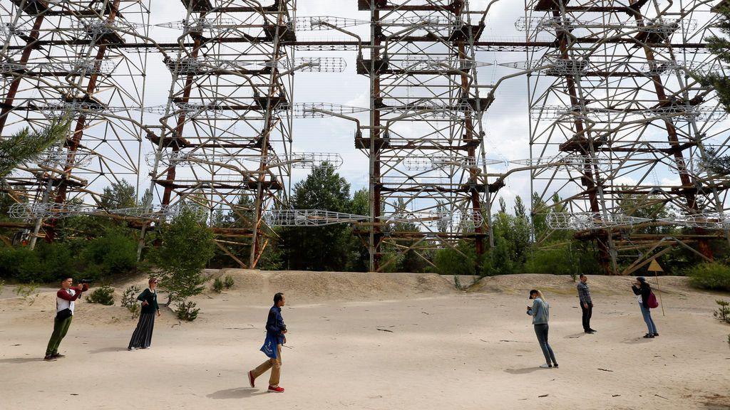 Los visitantes recorren las principales zonas del desastre de Chernóbil