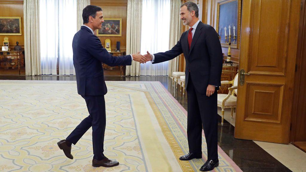 Pedro Sánchez recibe el encargo del rey de formar Gobierno