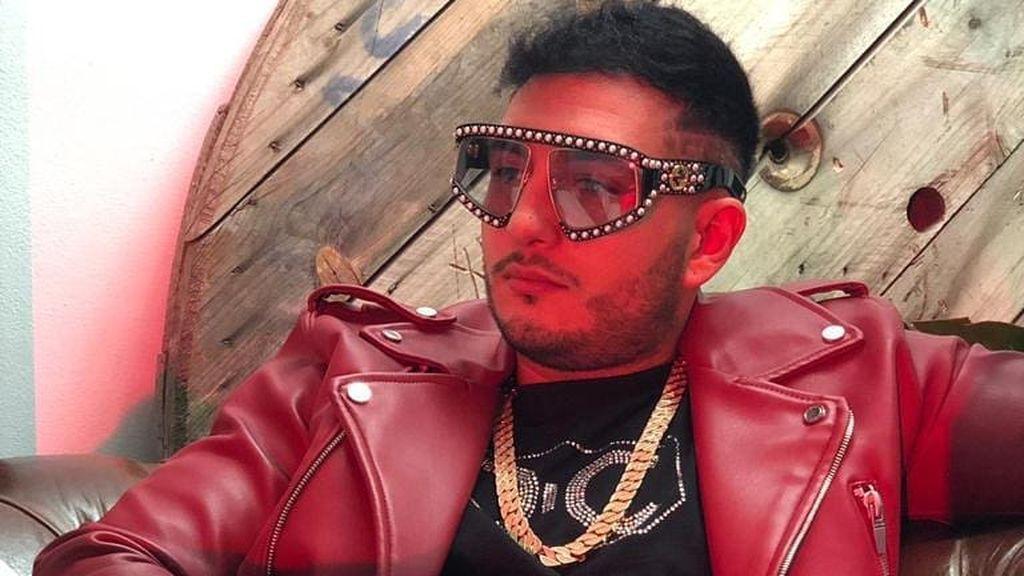 Omar no le debe dinero a la chica que participó en su videoclip - Cazamariposas