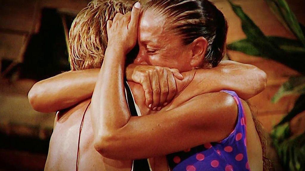 El abrazo de Chelo e Isabel Pantoja