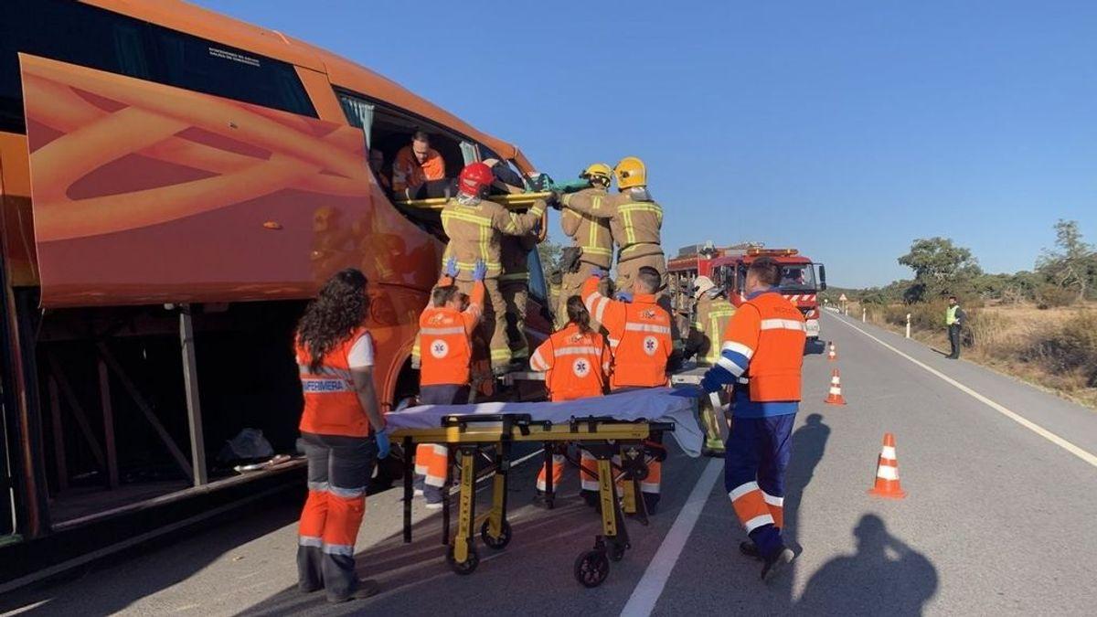 Ocho heridos, entre ellos un menor, al salirse un autobús de la vía en Cáceres