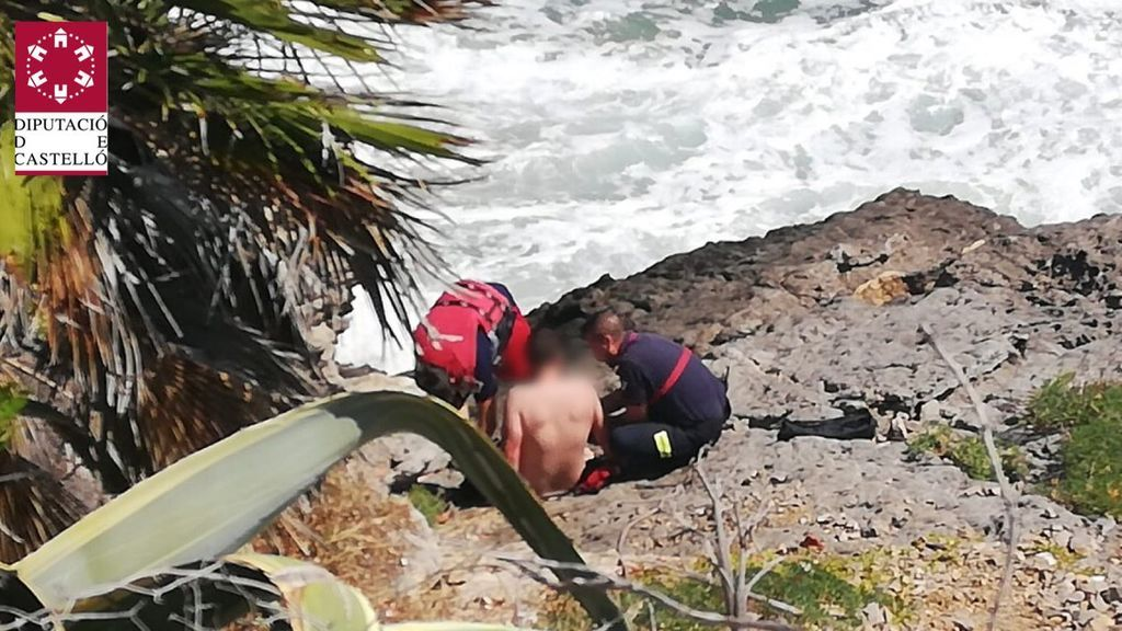 Rescatados en Oropesa dos menores atrapados por el oleaje en una roca