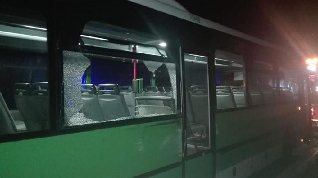 Roban una guagua en Tenerife y chocan contra un coche de la Policía Local en su huida