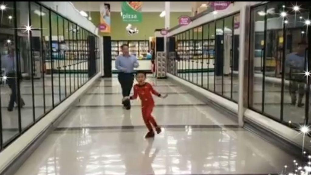 El viral baile de un niño de 5 años junto a su abuelo en un supermercado el día previo a su operación