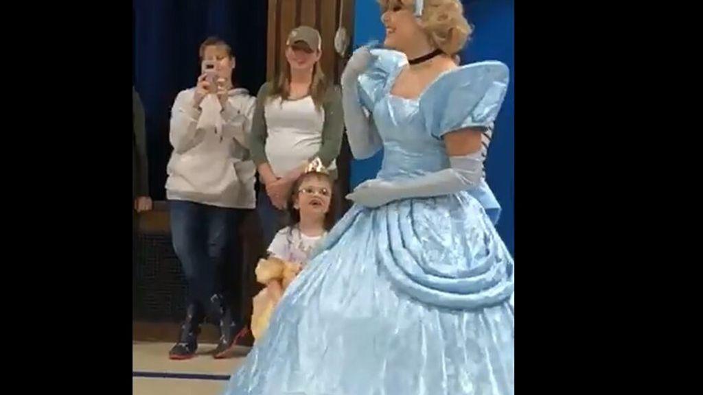 Un colegio aprende lengua de signos para dar la bienvenida a una alumna sorda de 6 años