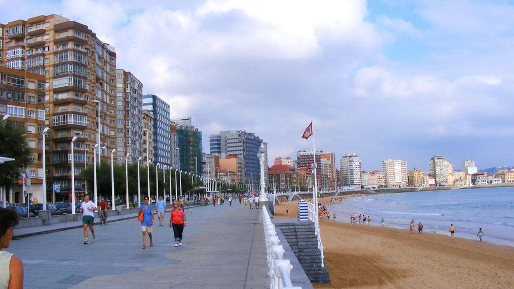 Alarma en una playa de Gijón por un hombre que amenazaba con meterse en el agua con un bebé