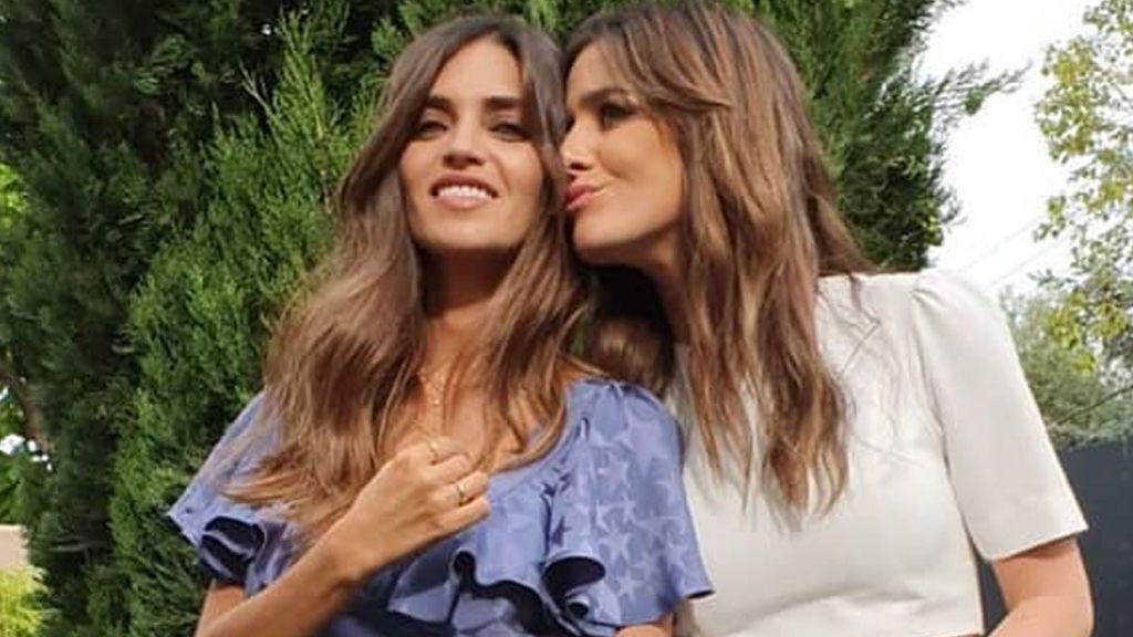 """Sara Carbonero posa con el hijo de Isabel Jiménez convertida en su madrina: """"Días bonitos"""""""