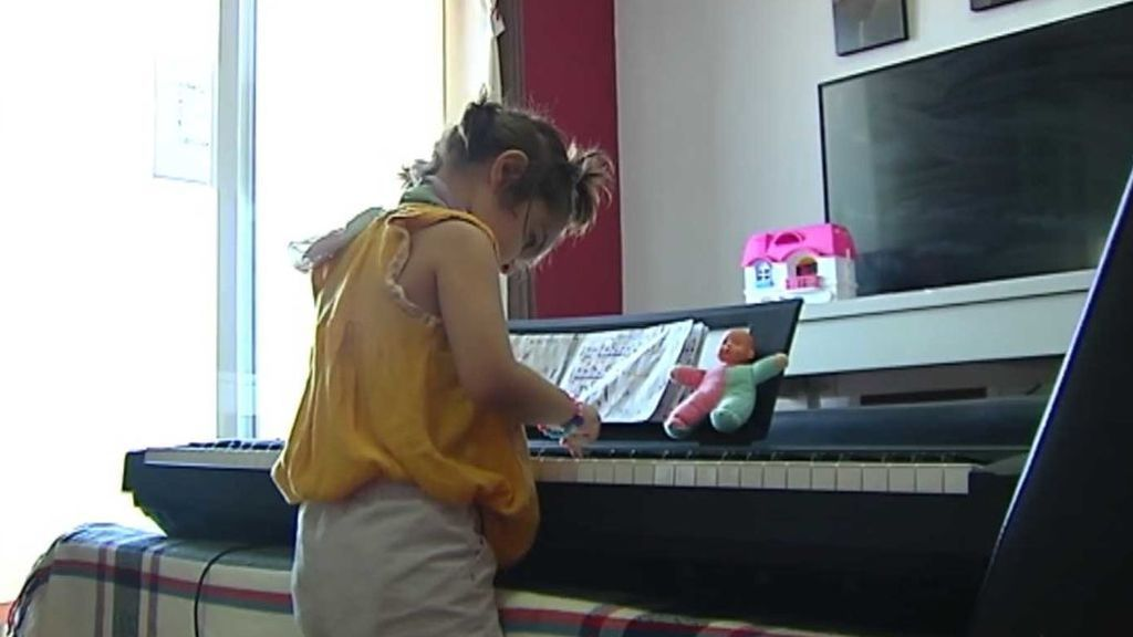 Una niña de dos años de Granada lee, escribe, toca el piano y juega al ajedrez