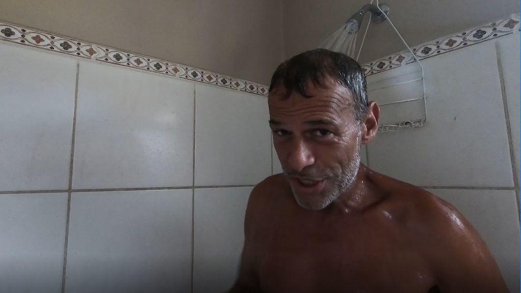 La primera ducha de Carlos Lozano
