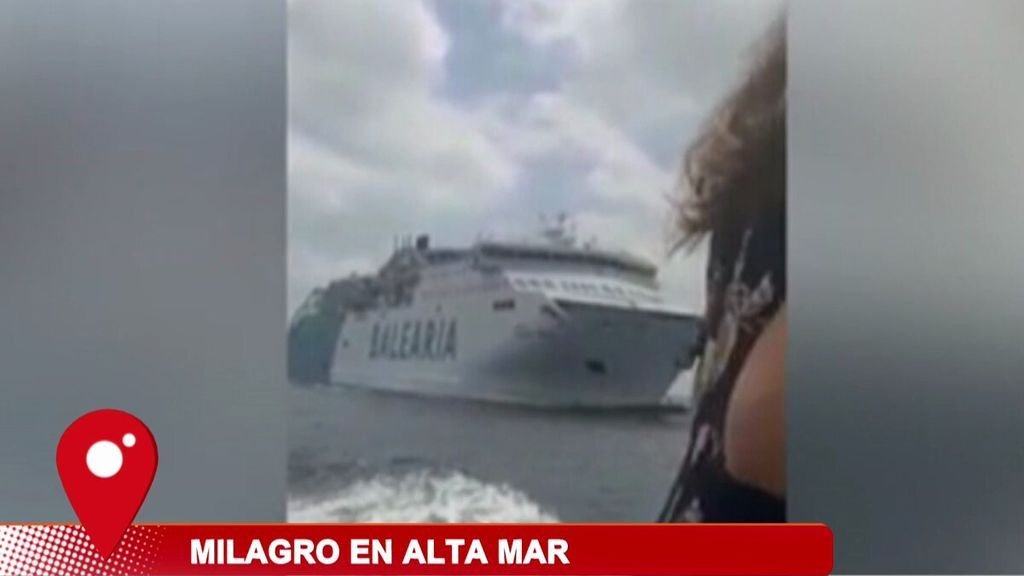 Un ferry y un barco turístico, a punto de chocar en aguas baleares