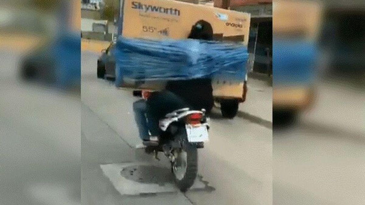 La curiosa forma de llevar un televisor en motocicleta que se ha hecho viral