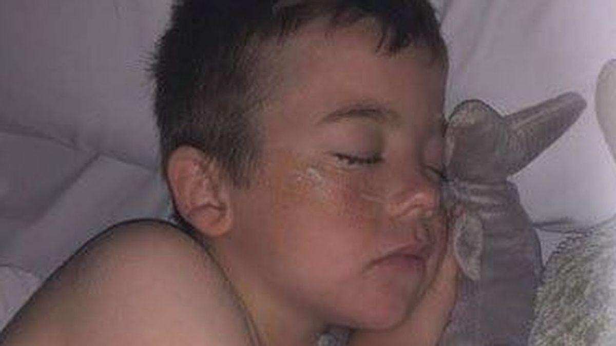 Un niño que pasó seis horas en el mar tras un naufragio despierta milagrosamente del coma