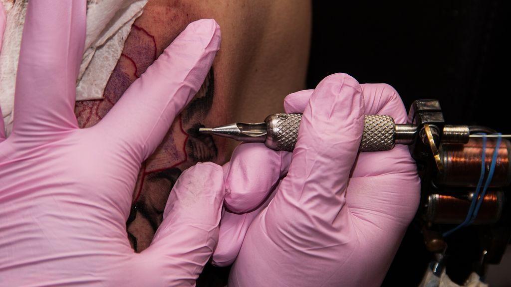 El conmovedor tatuaje que conecta a 61 desconocidos para acabar con el racismo y la xenofobia