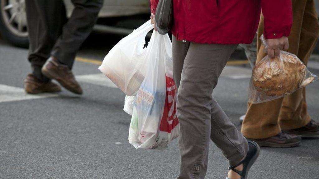 Un supermercado regala bolsas de plástico con mensajes vergonzantes para que sus clientes usen las reutilizables