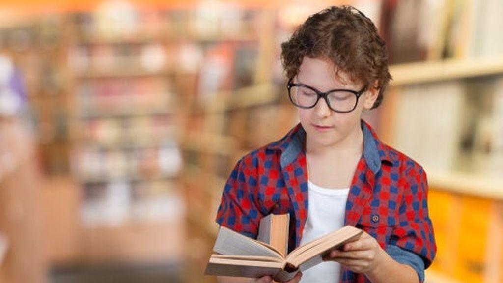 nino-inteligente-leyendo-libro