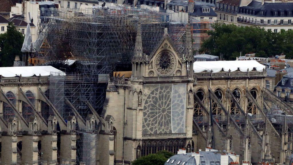 Una veintena de personas ataviadas con casco podrán asistir a la primera misa en Notre Dame tras el incendio